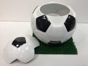 サッカーボール型骨壷を開けた状態